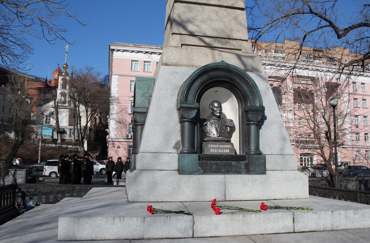 Возложение цветов к подножию памятника Г.И. Невельскому