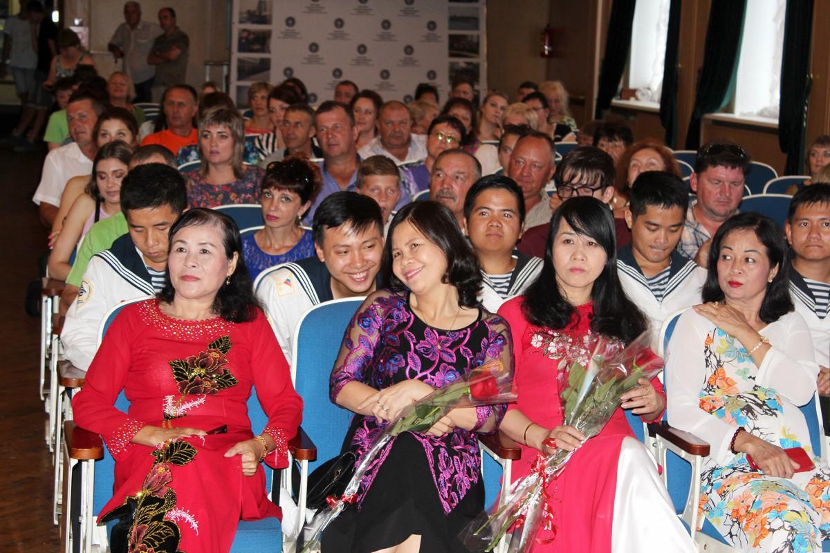Вьетнамские родители выпускников посетили Владивосток