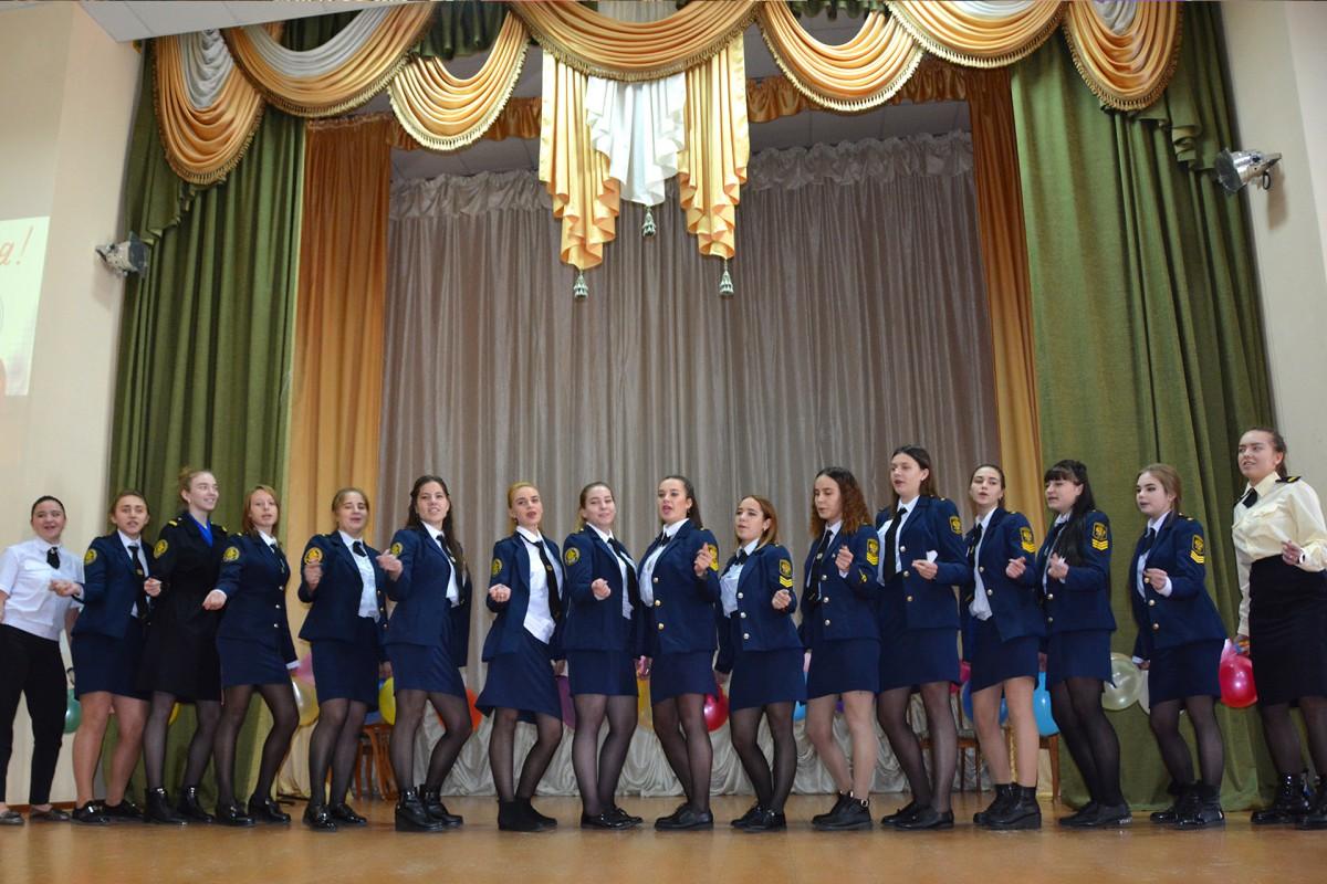 Курсанты и студенты подарили концерт своим преподавателям