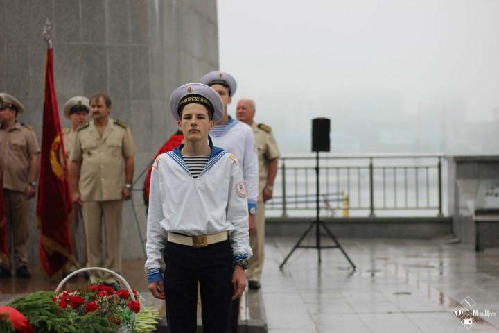 Возложение венков к «Огню памяти» у памятника морякам торгового флота