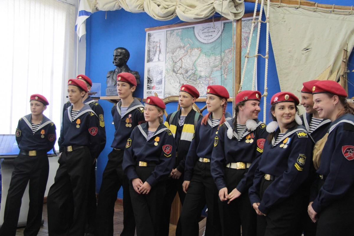 Юные моряки «вели» суда через арктические льды…