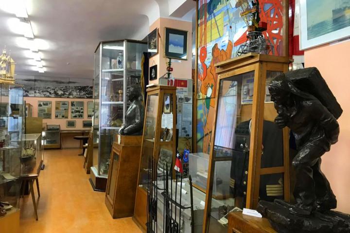 Курсанты ЭМФ на экскурсии в музее ДВМП ощутили гордость за свой народ, за своих предков