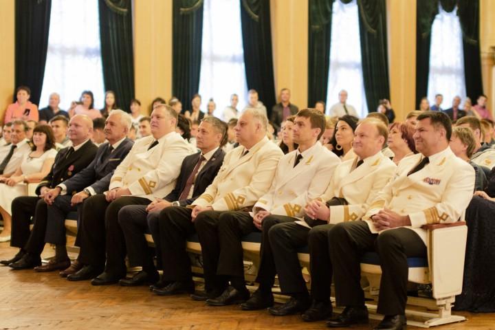 Deputy Head of Rosmorrechflot awards honors diplomas to graduates of the Maritime College
