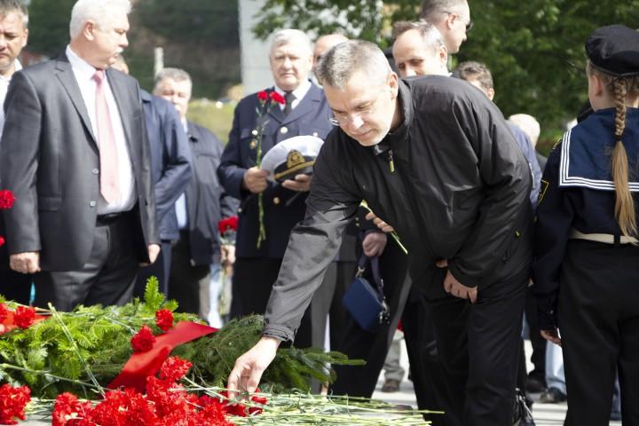 Возложение венков к «Огню памяти» к монументу морякам торгового флота