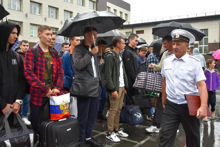 На плацу собрались курсанты нового набора со всего Дальнего Востока