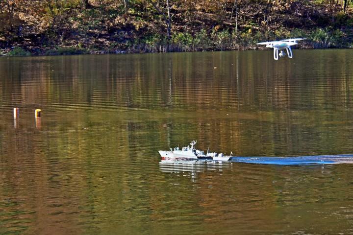 Ship modelers start training on the lake in the park of Minny Gorodok